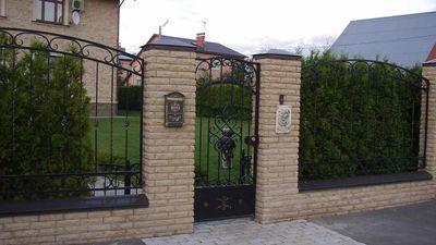 забор из декоративного кирпича и кованных пролетов