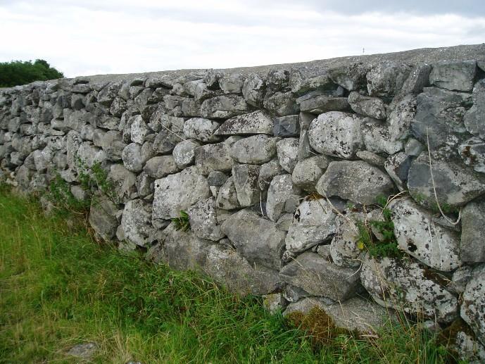 Кладка забора натуральным камнем