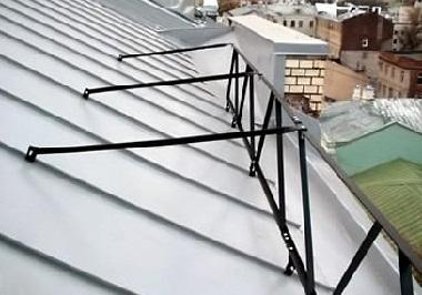 Монтируем  забор на крыше