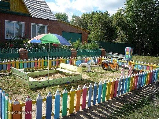 Как украсить детский забор на улице?