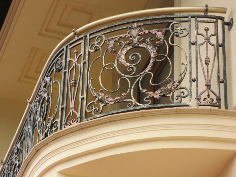 Преимущества кованых балконных ограждений
