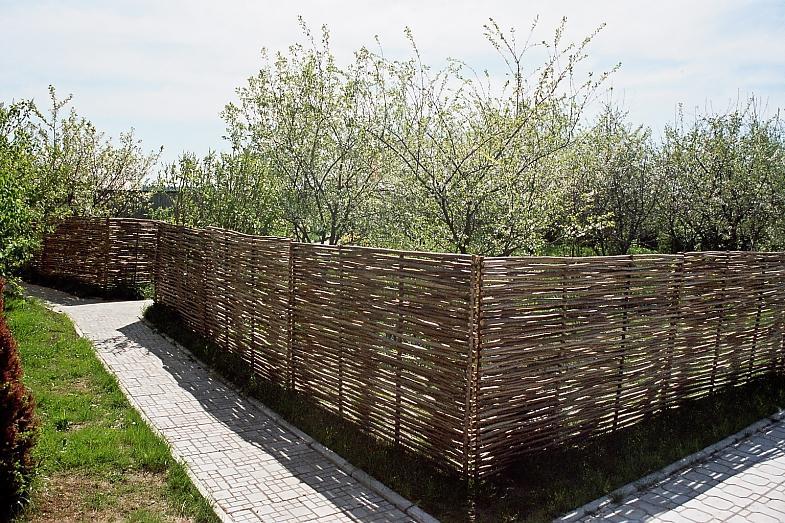 Плетеные заборы из лозы - экологичность и уют для сада