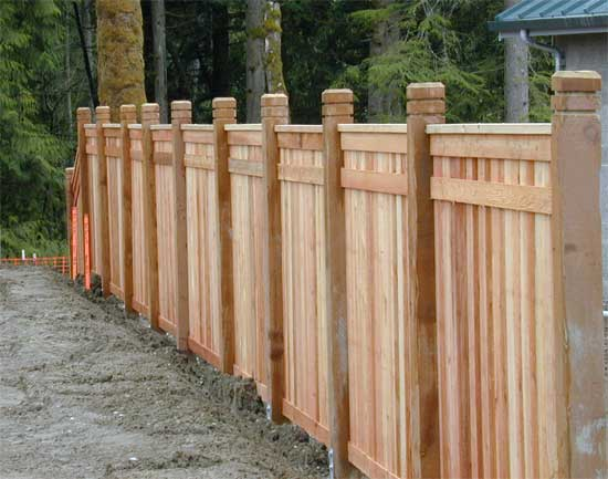 Как правильно выбрать деревянные столбы для забора?