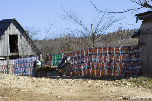 Забор из пластиковых бутылок - креативное ограждение своими руками!