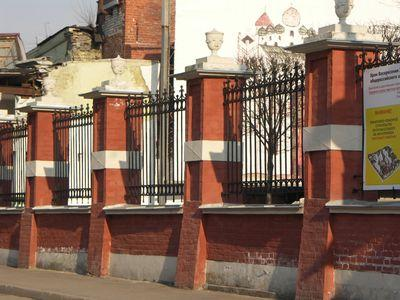 забор из красного кирпича с декоративными кованными пролетами