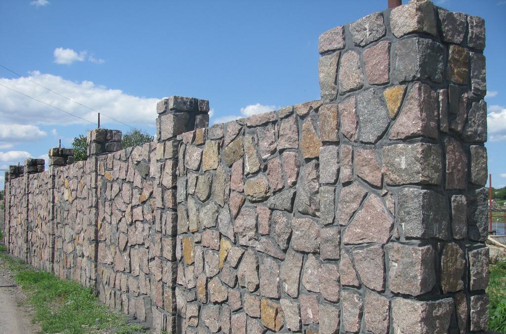 забор из натурального природного камня