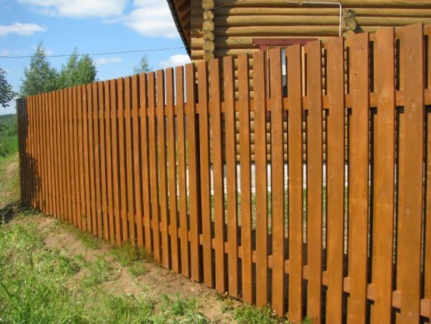Забор-шахматка из дерева