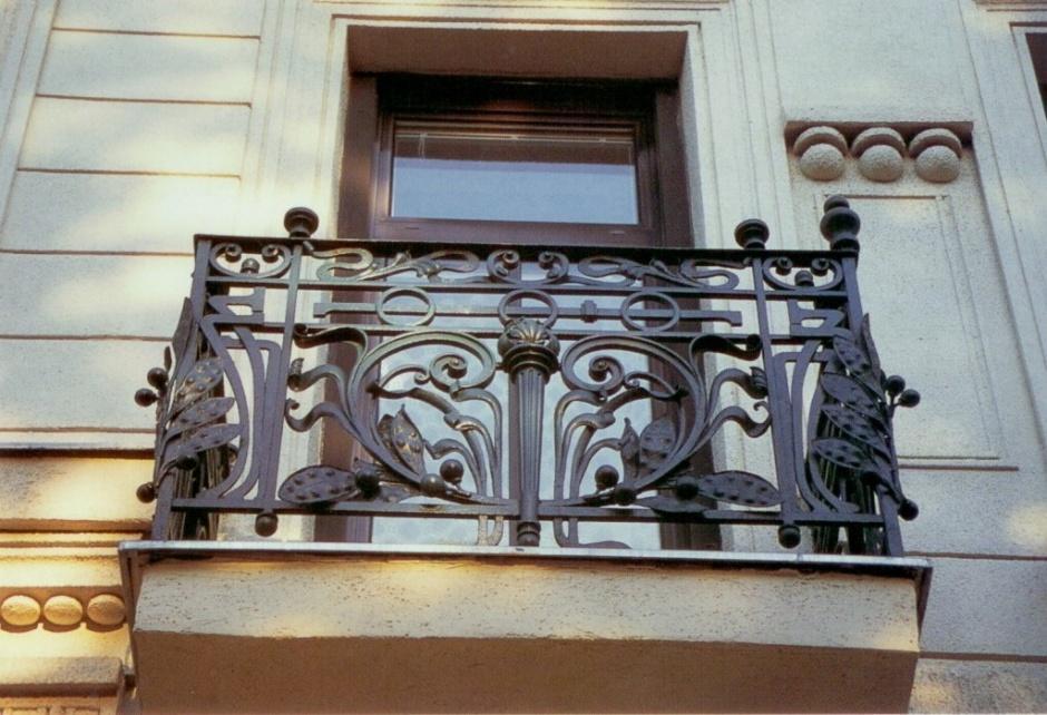 Плюсы кованых балконных ограждений