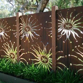Рисунок по трафарету на заборе