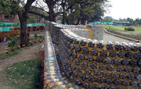 Забор из земли и пластиковых бутылок